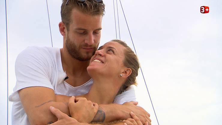 Bachelor Janosch umarmt die Oberengstringer Kandidatin Kay und spendet ihr Trost.