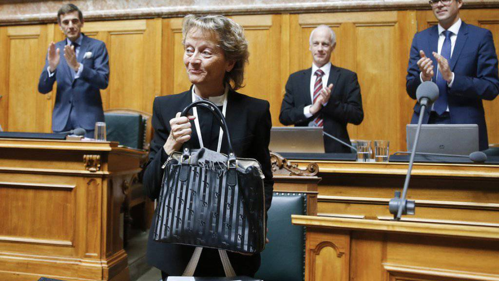 Bundesrätin Eveline Widmer-Schlumpf tritt ab: Nach ihrem letzten Auftritt im Nationalrat erhält sie Applaus.