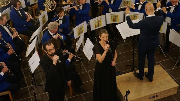 Stadtmusik Dietikon und Sänger Stephan Greminger und Nicole Eggenberger machen Oper und Jazz zugleich mit dem Stueck Porgy und Bess.