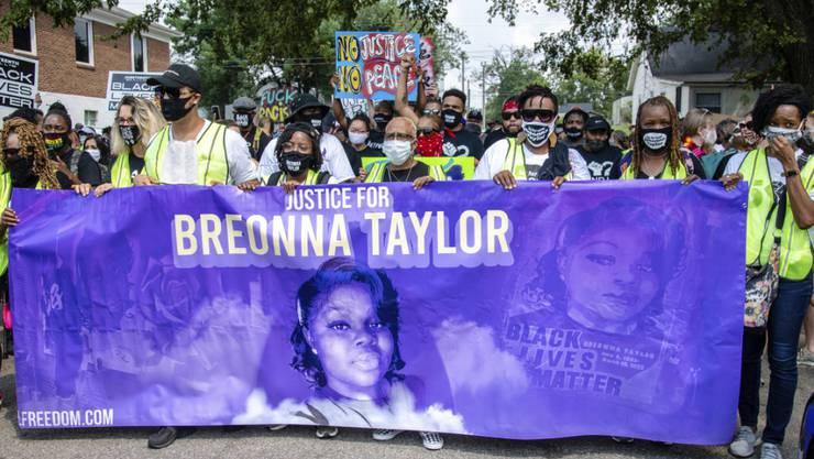 Demonstranten nehmen in Louisville an einem Umzug zu Ehren Breonna Taylors teil. Foto: Amy Harris/Invision/AP/dpa