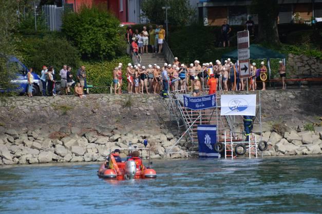 Impressionen Zweibrückenschwimmen zwischen Bad Säckingen und Mumpf: Einstieg in Bad Säckingen unterhalb des Wasserkraftwerks.