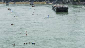 Bei Temperaturen über 30 Grad suchen viele Abkühlung im Rhein. Dies ist nicht immer ungefährlich.