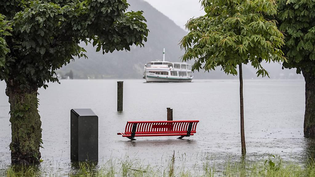 Die Uferpromenade in Alpnach OW steht unter Wasser.