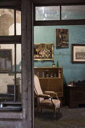 Gläser, Stühle, Bilder: Im Petershof finden sich alte Waren aller Art.