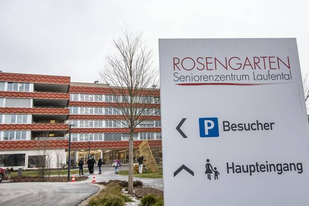 Im «Rosengarten» sollen zwei Pflegerinnen eine Seniorin um Geld betrogen haben und danach vergiften wollen.