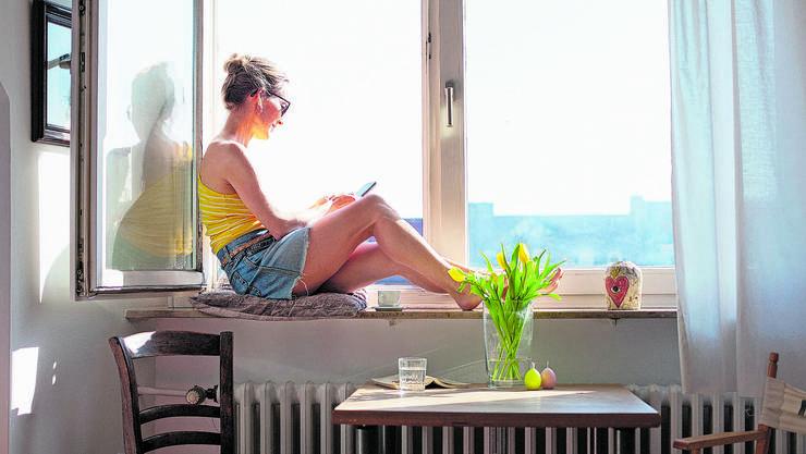Kontakte zu anderen Menschen via Handy oder soziale Medien sollen der Einsamkeit der vier Wänden entgegenwirken.