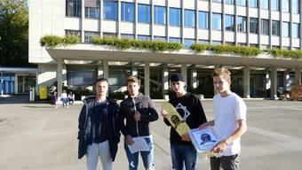 V.l.: Robin, Micha, Manuel und Loris von der «Skatergruppe 5430» haben ihre Petition im Rathaus abgegeben. zvg