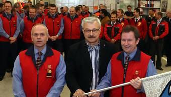 Daniel Meier, rechts, verlässt die Kommandantur der Feuerwehr. bko