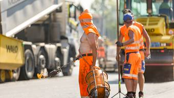 Ihnen macht die Hitze zu schaffen: Bauarbeiter bei Belagsarbeiten in der Hitze in Dietikon. (Archiv)