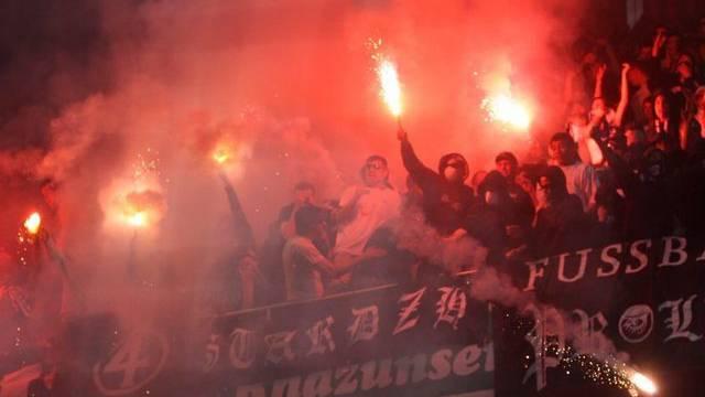 FCZ-Fans mit Pyro-Fackeln (Archiv)