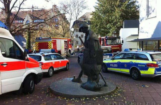 Grossaufgebot der Rettungskräfte in Waldshut (D), weil ein Mann von der Brücke beim Stadteingang gesprungen war.