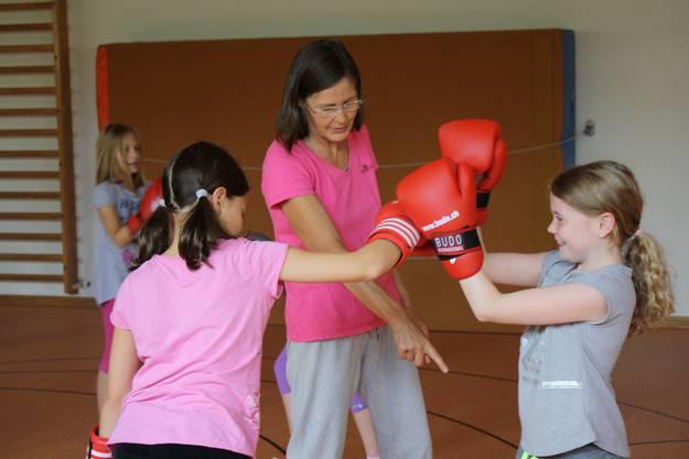 Trainerin Silvia Bren hilft den Mädchen, die richtige Technik zu finden