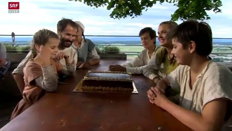Den Bauernhof verlassen und oben auf der Burg angekommen, gab es als Erstes einen Schokoladenkuchen für die Familie Dietschi.