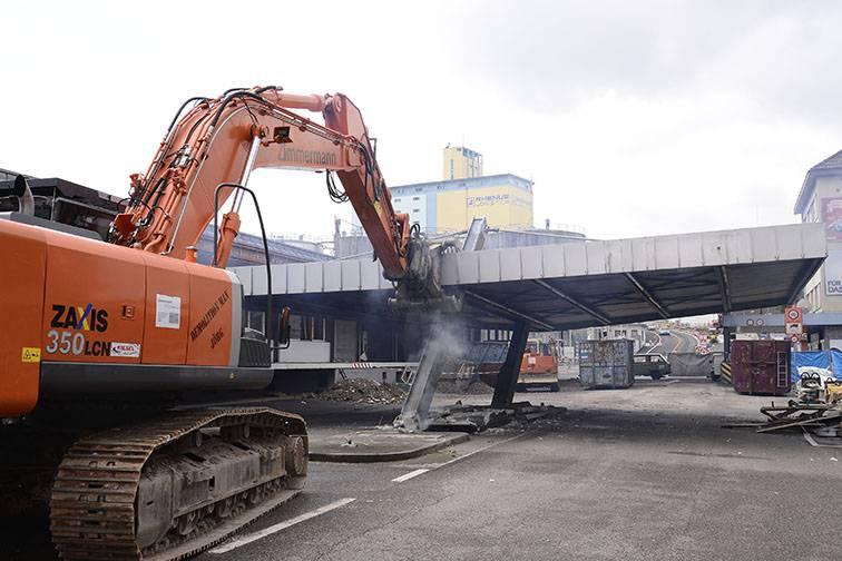 «Demolition Man Jörg» zerstört den alten Zoll an der Hiltalingerstrasse
