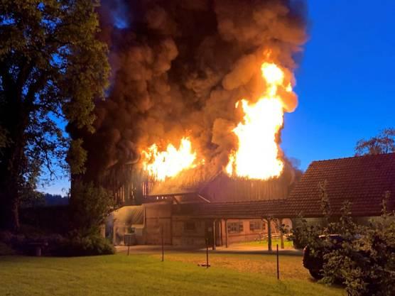 Grüningen ZH, 26. Mai: Die Scheune in Grüningen stand in Flammen. Der Sachschaden ist hoch. Verletzt wurde aber niemand.