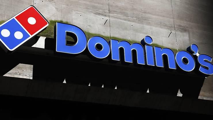Das Logo der Fastfood-Kette Domino's wird auch nach der Strategieänderung des Mutterkonzerns in der Schweiz sichtbar bleiben. (Archivbild)