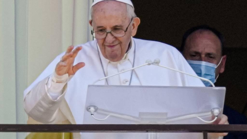Papst Franziskus auf einem Balkon der Poliklinik «Agostino Gemelli», in die er sich von eienr Darm-OP erholt. Foto: Alessandra Tarantino/AP/dpa