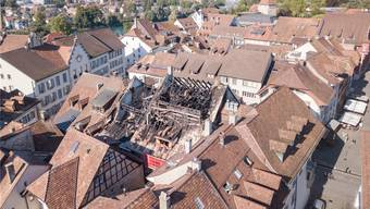 Der Brandplatz am Tag danach: Er präsentiert sich auch jetzt noch immer so. Das Dach ist noch nicht abgedeckt worden.Bild: Michael Küng (4.9.2019)