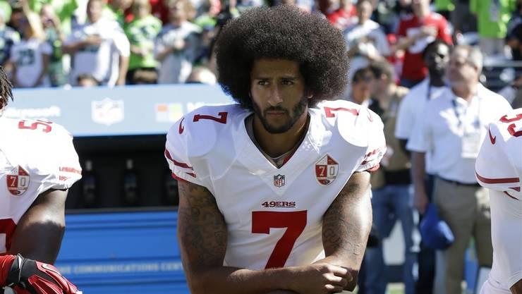 Löste die Protestwelle amerikanischer Sportler aus: Quarterback Colin Kaepernick kniet 2016 bei der US-Nationalhymne
