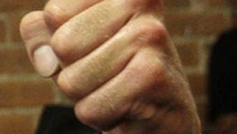 Der Mann hatte den Nebenbuhler mit Faustschlägen niedergestreckt (Symbolbild)