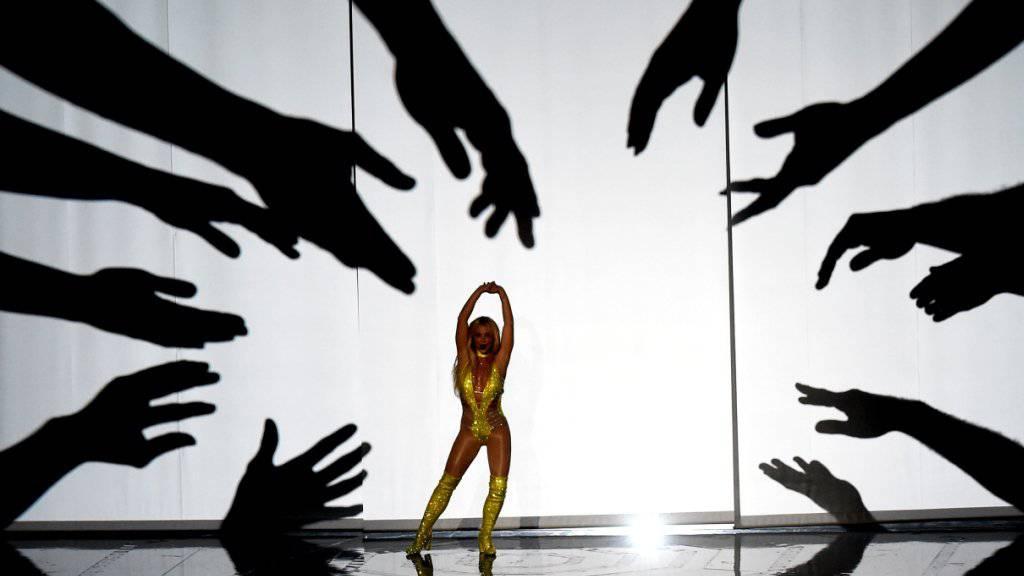 Der Eindruck täuscht: Es ist keineswegs so, dass sich jeder Mann um Britney Spears (M) reisst. (Archivbild)