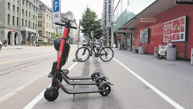 Die Elektro-Trottinette sind für Kurzstrecken in der Stadt äusserst beliebt. Bild: Marlen Hämmerli