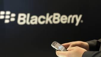 Ein Mobiltelefon mit dem Logo von BlackBerry