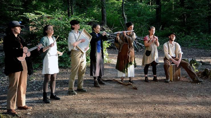 Stimmige Eröffnung: Das siebenköpfige Ensemble schildert die Lebenssituation im Dorf.