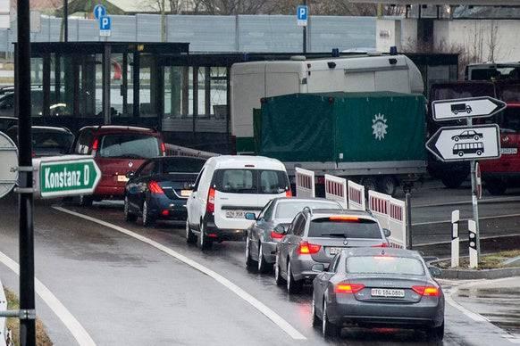 Schweizerinnen und Schweizer aus Risikokantonen können nicht mehr in Deutschland shoppen oder günstig tanken. (Bild: Keystone)