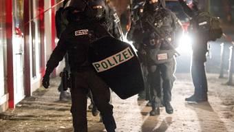 Die Polizei rückt zur Berliner Bank aus