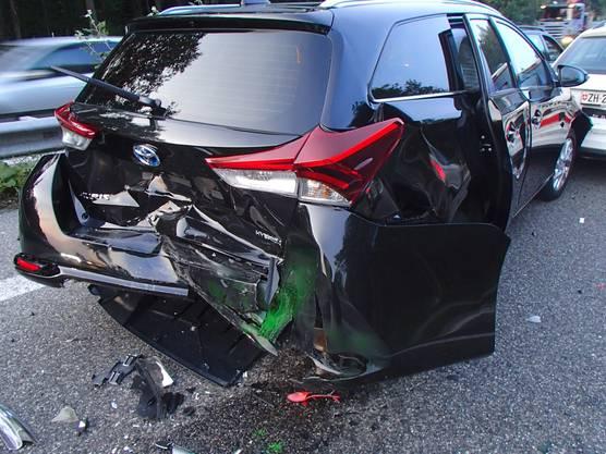 Bei einer Kollision auf der A1 in Suhr krachten fünf Autos ineinander. Der Sachschaden beträgt 60'000 Franken. Verletzt wurde niemand.