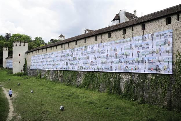 Imposant auf der alten Stadtmauer ist «Fairytale People» (2007) von Ai Weiwei