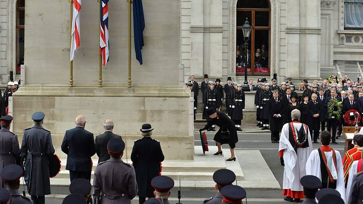 Königin Elizabeth II legt einen Kranz am Kriegsdenkmal nieder.