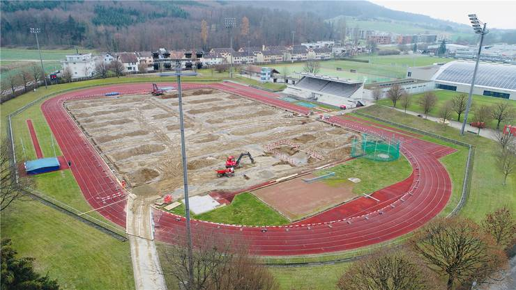 Derzeit wird die Rasenfläche im Stadion Kleinholz erneuert; ab Herbst kommenden Jahres sollen Kunststoffbahnen und Beleuchtung saniert werden.