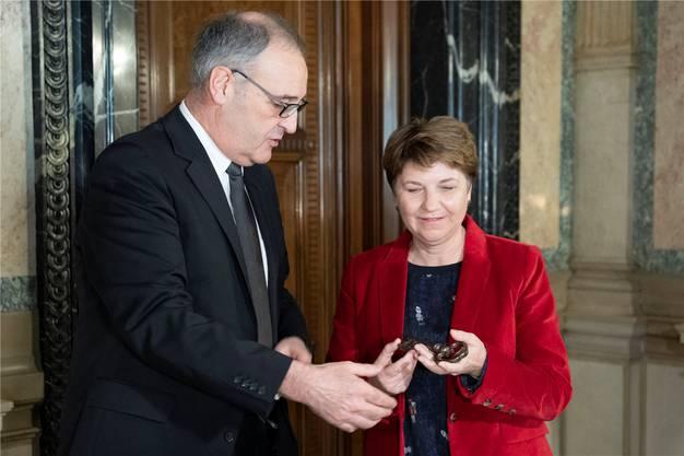 Guy Parmelin übergab Viola Amherd den Schlüssel zum Departement und die Verantwortung für die Luftwaffe.PETER SCHNEIDER/Key