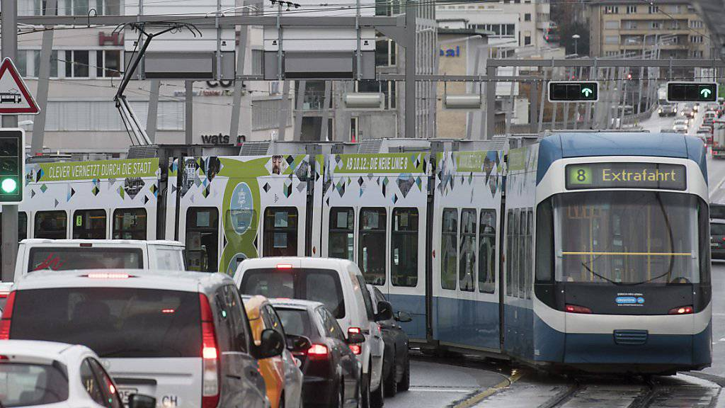 Ab kommenden Sonntag fährt das Tram der Linie 8 neu über die Hardbrücke in Zürich. Am Freitag wurde die Strecke feierlich eingeweiht. (KEYSTONE/Ennio Leanza)