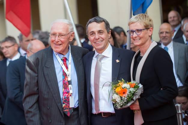 Der kürzlich verstorbene CVP-Politiker Flavio Cotti (links) war der letzte Tessiner Bundesrat, bevor Cassis 2017 gewählt wurde. Hier an der Wahlfeier, rechts Cassis' Ehefrau Paola.