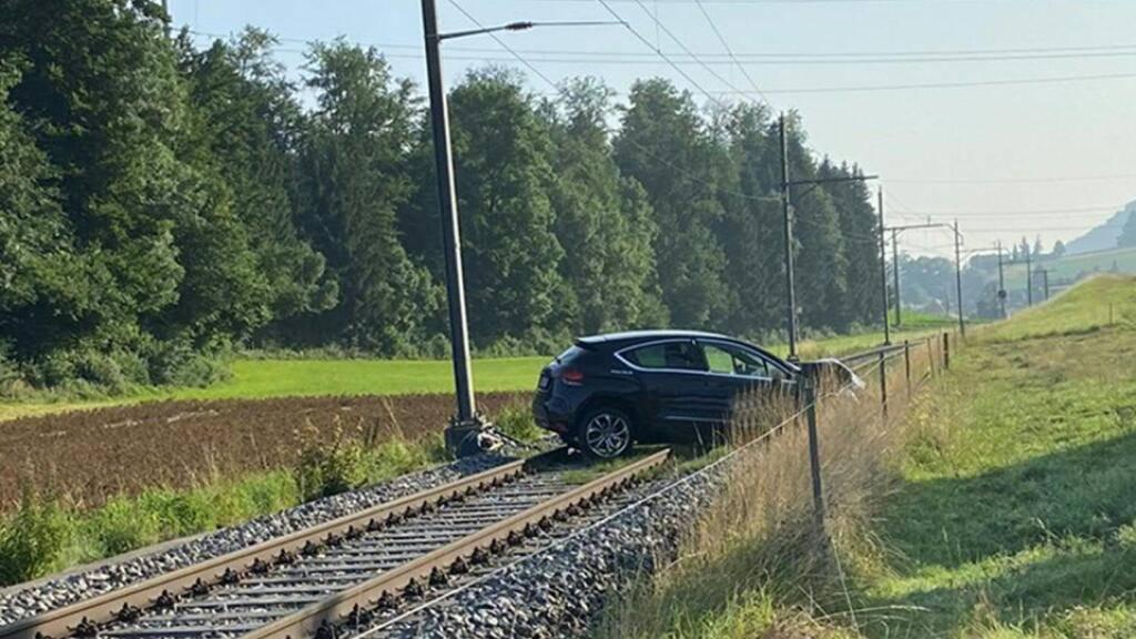 Das Auto kam nach der Kollision mit dem Strommasten auf dem Bahngeleise zum Stillstand.