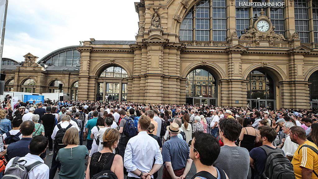 Wegen des Andrangs im Freien statt in der Bahnhofshalle: Rund 400 Personen nahmen am Dienstagabend an einer Andacht für den getöteten Achtjährigen teil.