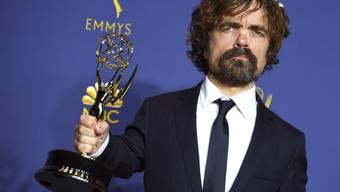 """Die Fantasy-Serie """"Game of Thrones"""" ist bei den Emmy-Awards in Los Angeles zum dritten Mal als beste Dramaserie ausgezeichnet  worden. Schauspieler Peter Dinklage gewann den Preis als bester Nebendarsteller in einer Dramaserie.   (Foto: Jordan Strauss/Invision/AP)"""