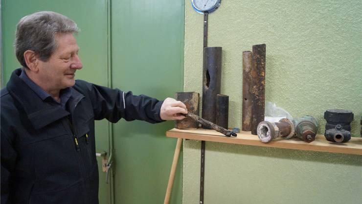 Harry Wäspi zeigt einige defekte Wasserleitungsteile, die im Grundwasserpumpwerk Rüttenen museumsreif ausgestellt sind; der Brunnenmeister und Werkhof-Chef tritt Ende 2015 in den Ruhestand.