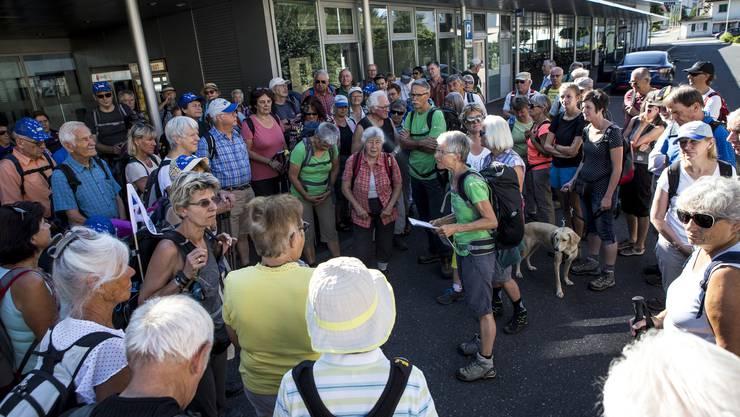 Wanderleiterin Marie-Rose Bircher vom Verein Aargauer Wanderwege begrüsst 120 Leserwanderinnen und Leserwanderer.