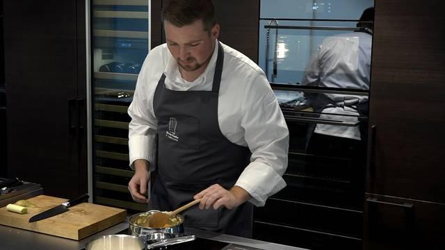 Norman Hunziker kocht und verrät zu jedem Menüpunkt einen Profi-Tipp