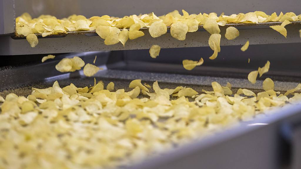 Wegen des Gewittersommers haben die Chips- und Pommes-Frites-Hersteller zu wenig qualitativ hochwertigen Rohstoff. Der Bund erhöht daher das Kontingent für Veredelungskartoffeln bis Ende Jahr um 20'000 Tonnen. (Symbolbild)