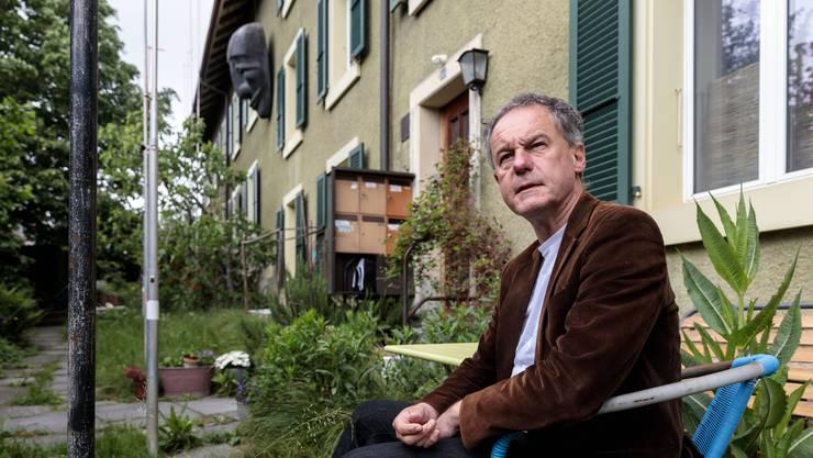 Lorenz Belser im Garten des «grünen Hauses mit der Maske».