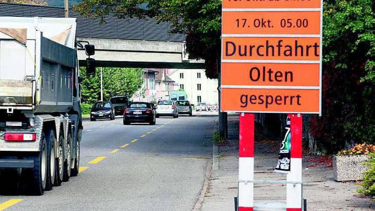 Die Sperrung der Aarauerstrasse aufs Wochenende wird bereits vor Olten angekündigt.