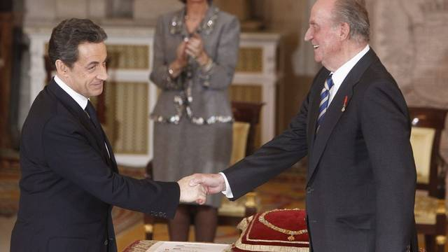 Der spanische König Juan Carlos (r.) gratuliert Nicolas Sarkozy in Madrid