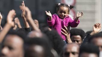 Eritreerinnen und Eritreer demonstrierten im Frühjahr in Bern für eine humane Flüchtlingspolitik. Der Bund überprüft derzeit die vorläufige Aufnahme von eritreischen Staatsangehörigen. (Archiv)