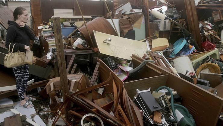 """Nach dem Durchzug von Hurrikan """"Michael"""" in Florida steht eine Frau in den Trümmern ihres Hauses in Panama City."""