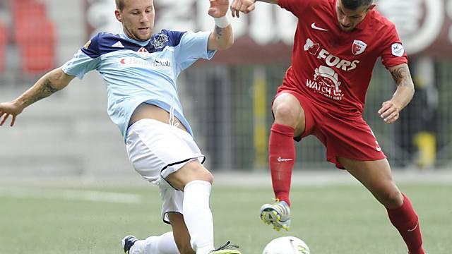 Bellinzonas Torschütze Neumayr (links) im Zweikampf mit Di Nardo